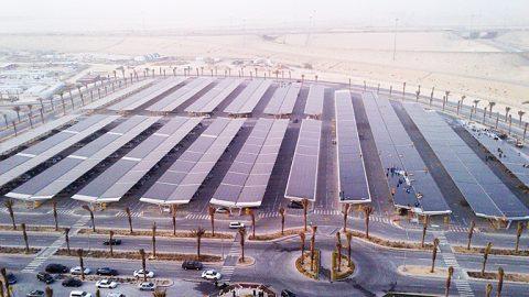 Saudi Arabien: Größter modulbedeckter Parkplatz der Welt