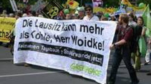 Klimaschützer zur Demo vor Braunkohlekraftwerk Jänschwalde