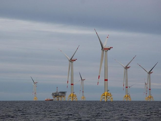 Für den immer höher werdenden Anteil an fluktuierender Energieerzeugung, wie hier Offshore-Windkraft, bedarf es absichernder Mechanismen im Strommarkt, um die Versorgungsicherheit zu gewährleisten. Foto: Urbansky