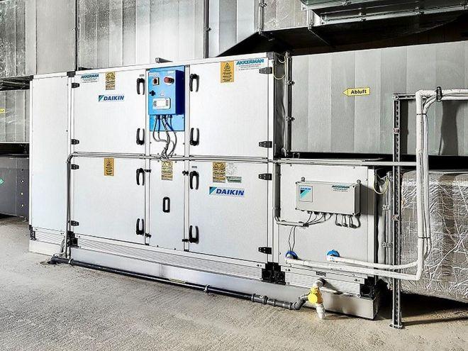 Zentrale Anlage zur Abwärmerückgewinnung, die im Keller installiert wurde. Die Zuluft wird angesaugt und via Wärmetauscher vorgewärmt in das Gebäude geblasen. Foto: Daikin